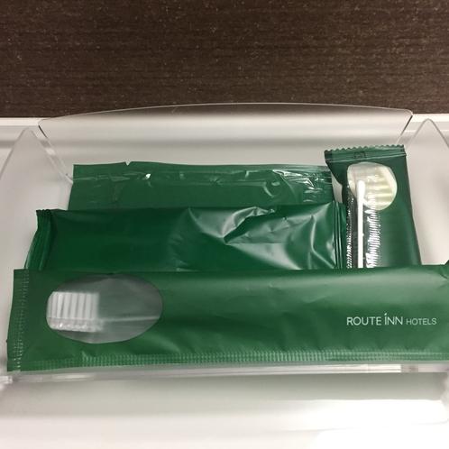【客室】バスアメニティーにはボディースポンジ・ヘアーブラシ・髭そり・歯ブラシがございます。