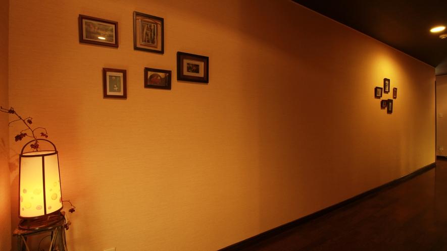 ■寛ぎの時 ゆったりと落ち着いた雰囲気の館内は、隠れ家的な雰囲気です。