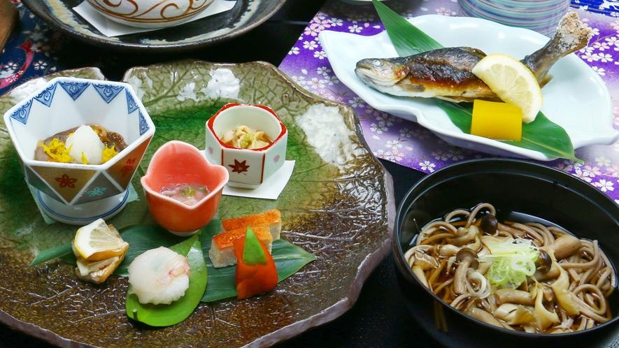 ■冬-松倉 きのこそばや天ぷら、塩焼きなど素材の旨さを活かした逸品が並びます。