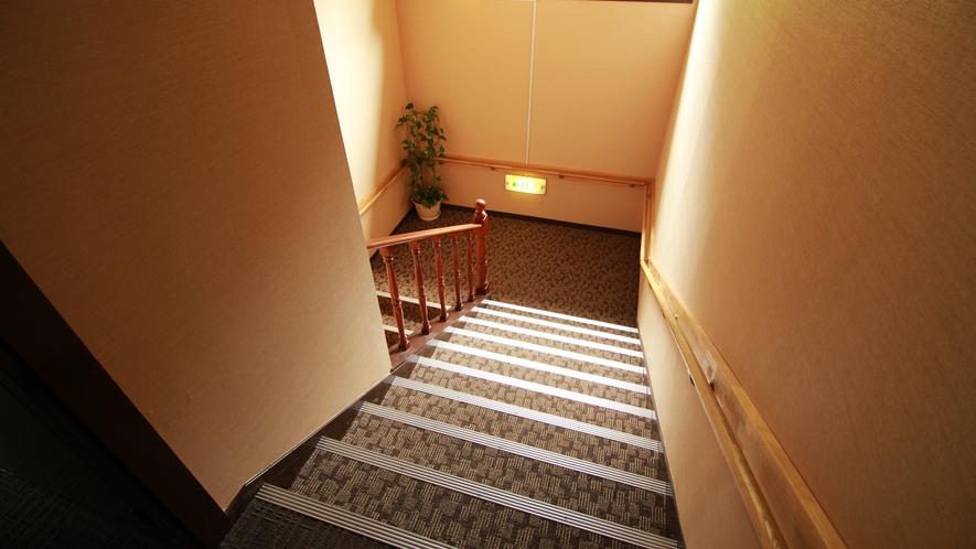 ■館内 階段のみですが、ゆるやかで広め。手すりもございますのでご年配の方も安心です。