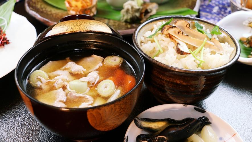 ■秋-笹倉 秋は松茸ご飯にいもっ子汁♪稔の秋にふさわしい具材の多い料理が並びます。