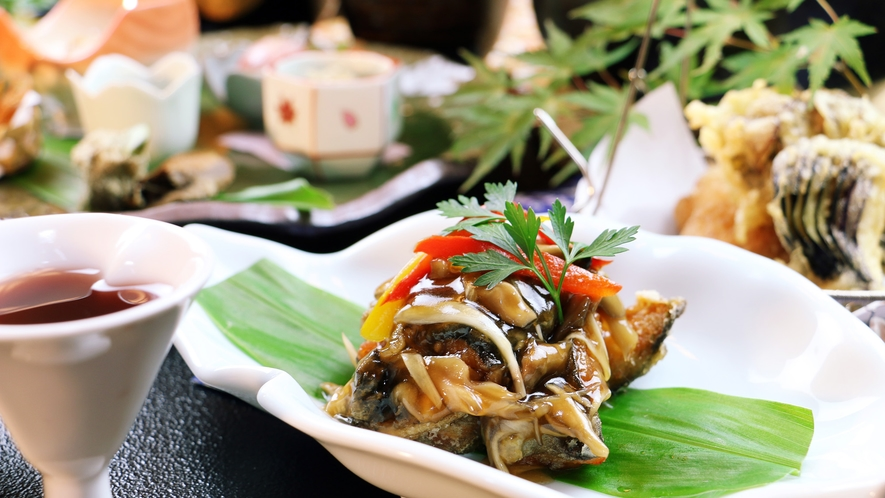■秋-笹倉 岩魚の創作料理一品。竜田揚げでカリッとした岩魚にアツアツの和風餡かけがたっぷり。