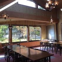 【食堂】天井の高い食堂では、他の旅行者との交流もオススメです!