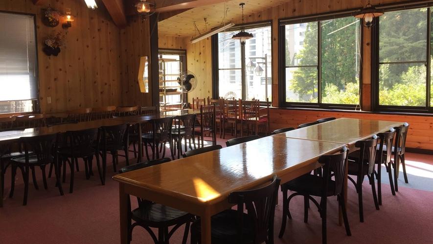 *【食堂】天井の高い食堂では、他の旅行者との交流もオススメです!