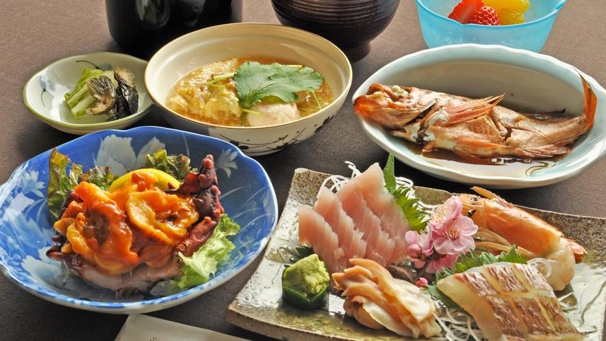 【御夕食一例】お写真は春の一例です。できるだけ地の食材を使ったお料理をご提供しています。