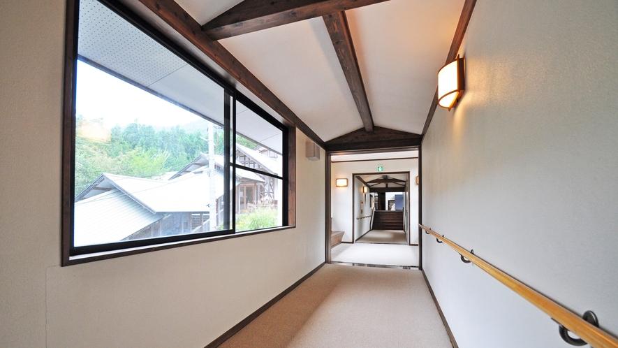 【夏虫のお湯っこ】本館から渡り廊下で繋がっております。