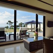 *【リビングからの眺め】窓が大きく、開放的な空間。宮古島の青い空を眺めながら寛ぎのひと時を。
