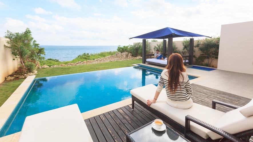 *【テラスからの眺め】お部屋を一歩出ると、プライベートプールがございます。のんびりとお寛ぎ下さい。