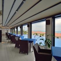 *【レストラン】窓側のお席で、美しい伊良部の景色を眺めながらお食事をお楽しみいただけます。