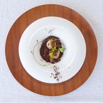 【夕食/一例】デザートは、伊良部島の自然をイメージした一皿。写真は、宮古島の土~ガトーショコラ