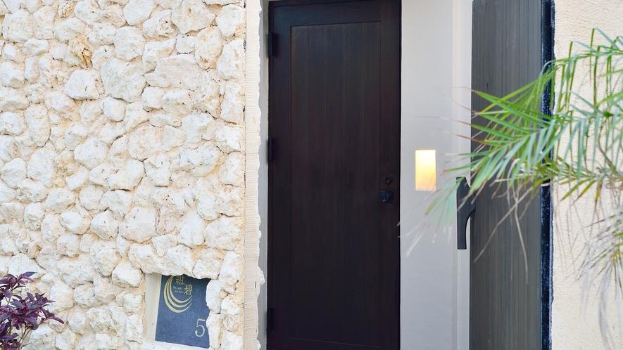 *【客室入口】手前の大きな扉は重たくなっておりますので、お気をつけ下さい。