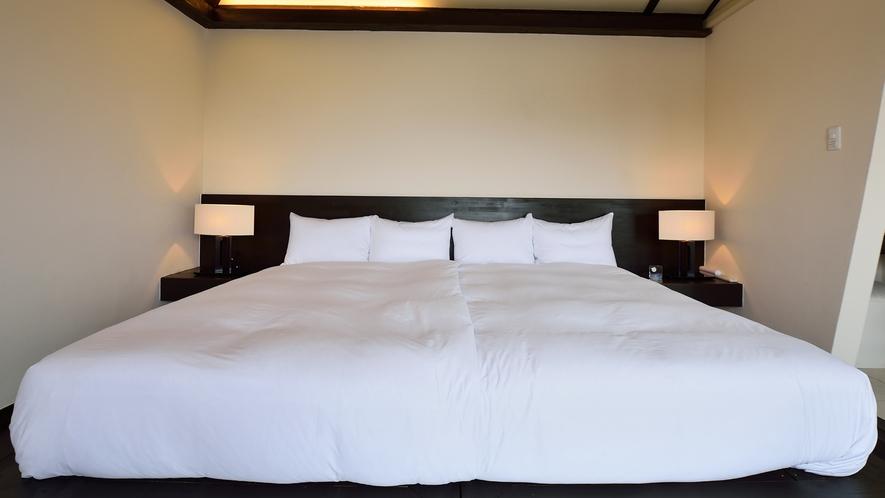 *【ベッドルーム】セミダブルベッドを寄り合せたハリウッドツイン仕様のベッドルームはローベッドも好評で