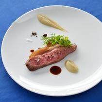 *【夕食一例】宮古牛のスモーク。お肉料理の中でもイチオシ!お好みのソースでお召し上がり下さい。