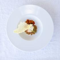 【夕食/一例】お魚料理は、宮古島産近海魚を使用した一皿。写真は、近海魚ポワレ~ラタトゥユ