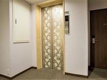 エレベーターは2基ございます。お部屋に近いものをお使いください。