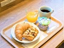 焼き立てパンをどうぞ!朝食無料サービス