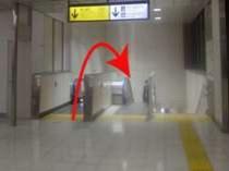 上野駅「入谷改札」からの道案内②改札を出て道沿いのエスカレーターを降ります。