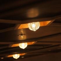 和デザインの電灯