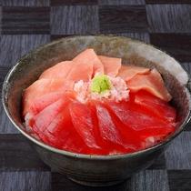 ご朝食では自分で好きに海鮮丼を創作