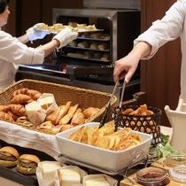 朝は焼き立てのパンで元気いっぱいに♪