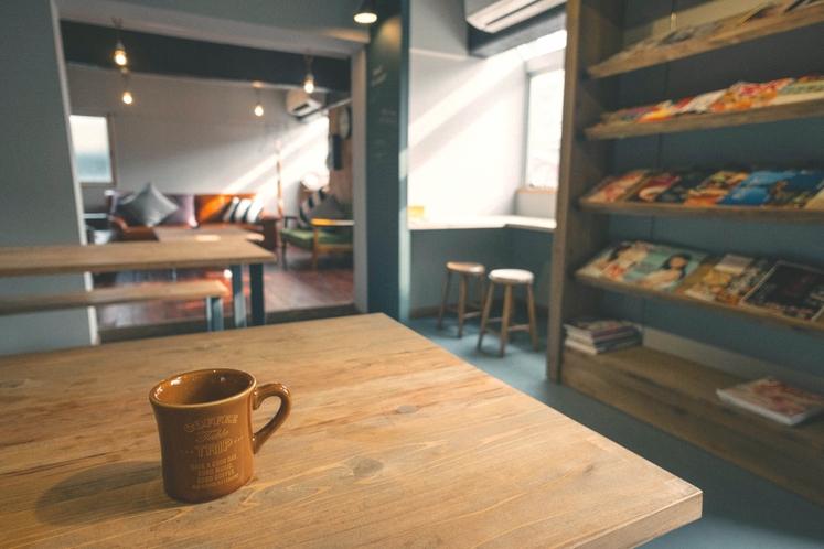 無料のコーヒーや紅茶が飲める共有スペース