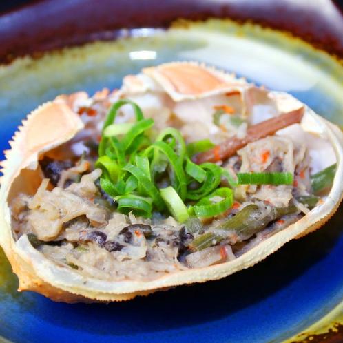 【かに甲羅焼き】カニ味噌とかに身を季節の山菜と和えております。