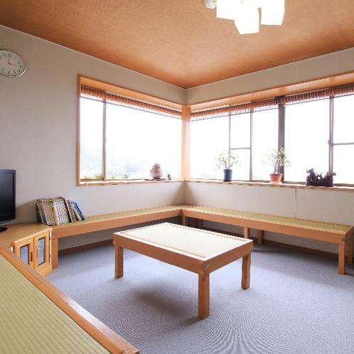 【休憩スペース】窓は海に面しており、夕日を眺めるのにベストなスポットです♪