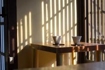 格子窓から漏れる夕日