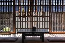 格子窓越しに東海道を見る