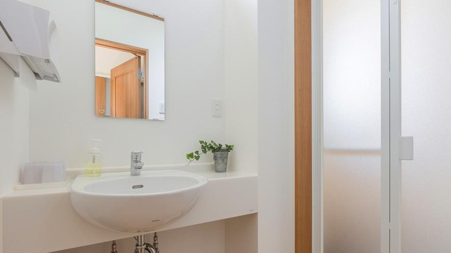 ・<洗面所>気持ちよく使っていただける洗面台。蛇口から湧き水が出ます。
