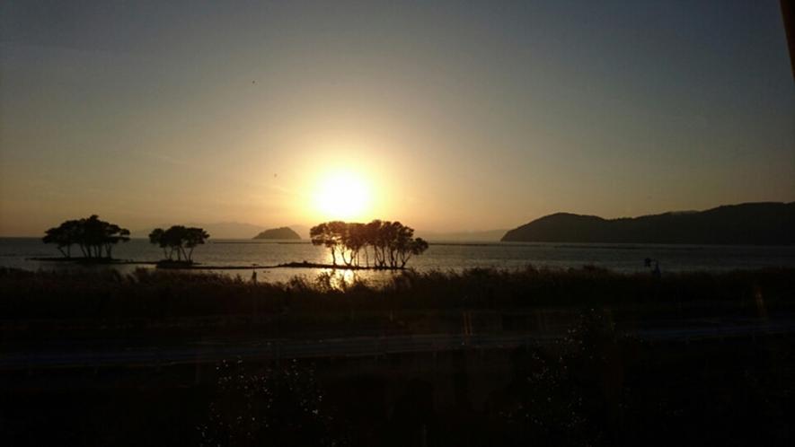 ・当館より車で約45分。湖北、尾上(おのえ)からみた夕日です。まさに絶景!