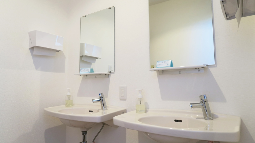 ・<本館>共同の洗面台です。清潔に保っております