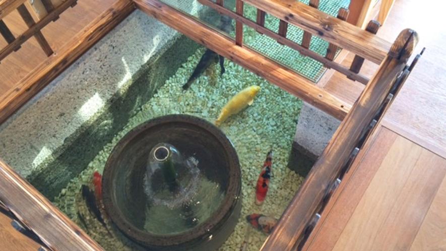 ・レストラン内にも川端があり元気に泳ぐ鯉をご覧いただけます