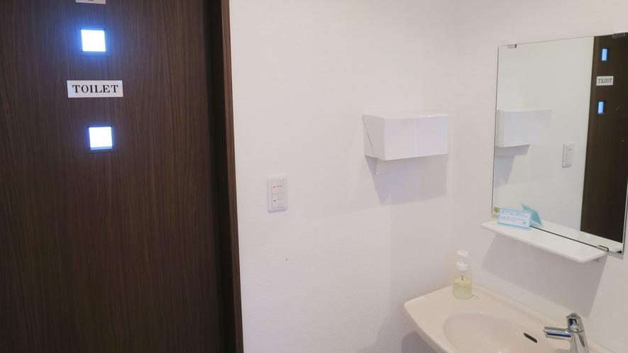 ・<本館>共同の洗面台とお手洗い入口です