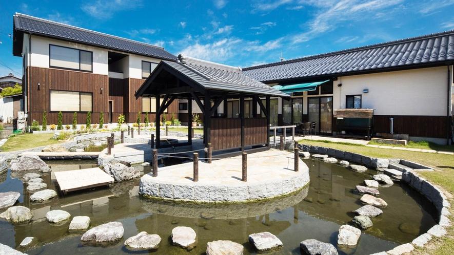 ・中庭では大きなやぐらがお出迎え。湧き水の池には鯉も泳いでいます