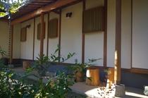 母屋の玄関横