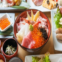 ◆朝食 海鮮丼(感染症対策の為小鉢にて提供)