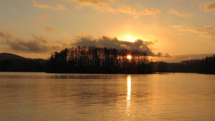*【周辺】湖に沈む夕景は、当館からも眺めることができます。