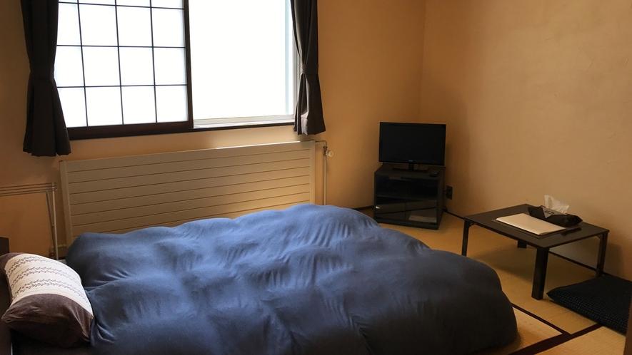 *和室ダブルベッドルーム/ロータイプのダブルベッドでゆったりとお寛ぎいただけます。