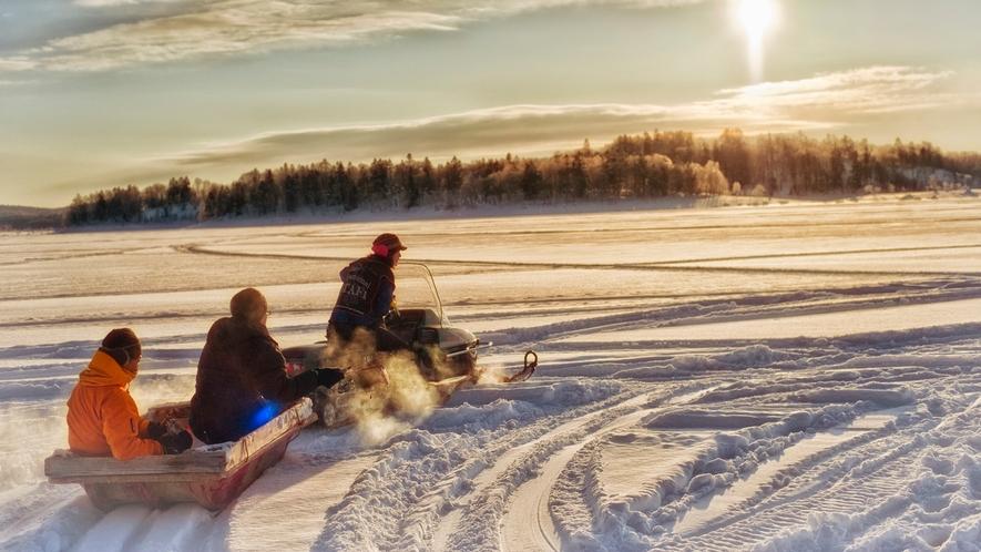 *【ワカサギ釣り】スノーモービルで釣りスポットまで送迎します。