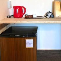 *ベッドルーム設備/冷蔵庫、ポット、ドライヤー、鏡をご用意しております。