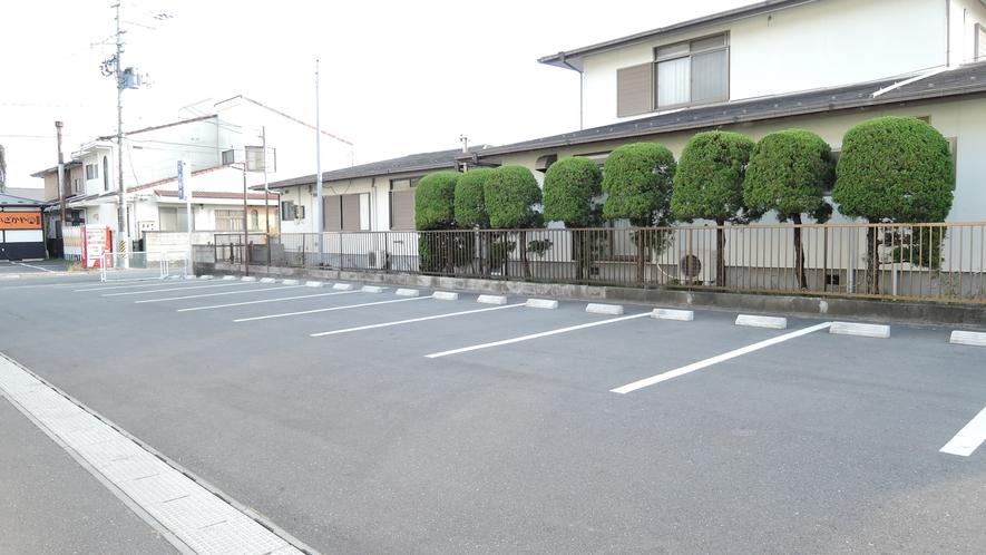 *【駐車場】平面の無料駐車場は、居酒屋たけと併用なので広々!運転に慣れていない方でも楽々駐車が可能♪