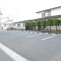 【駐車場】平面の無料駐車場は、居酒屋たけと併用なので広々!運転に慣れていない方でも楽々駐車が可能♪
