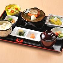 """【朝食(一例)】併設の酒膳たけにて、一汁三菜を基本にしたバランスの取れた""""和朝食膳""""をご用意!"""