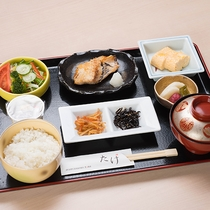 """*【朝食(一例)】併設の酒膳たけにて、一汁三菜を基本にしたバランスの取れた""""和朝食膳""""をご用意!"""