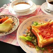 朝食は当館オリジナルの野菜とともにいただく、ハムエッグ料理!