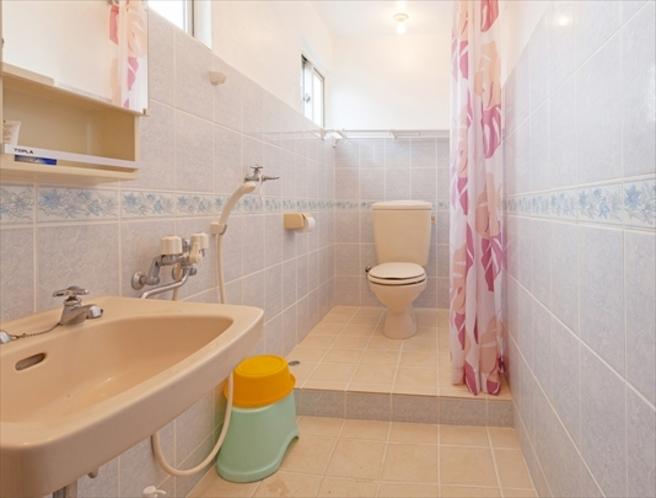 バスルーム(温暖な沖縄仕様のため温水シャワーあり。バスタブはございません)