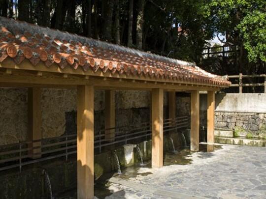 金武大川(きんうっかがー) 金武町文化財に指定。周辺には遊具や水遊びができる公園も。