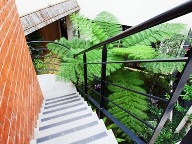 中庭の階段で客室へ