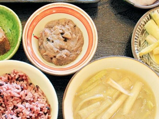 名物「田芋(ターム)膳」。金武町特産の田芋を満喫。